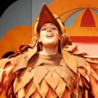 G Dabat, chanteuse dans un spectacle pour enfants